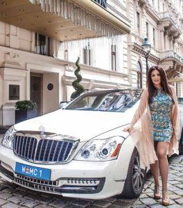 Dragana Mirkovic´ posiert vor dem Maybach Coupé